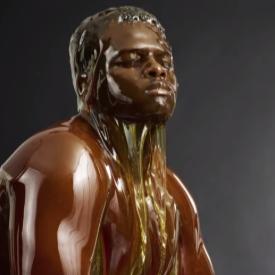 Голи тела, покрити с мед, са произведение на изкуството