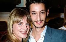Мелани Лоран и Пиер Ниней, който изпълнява ролята на младия Ив Сен Лоран. в едноименния филм.