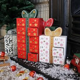 Коледният календар във формата на къщичка или подарък можете да изработите от дърво или картон. За това, разбира се, са нужни доста умения.