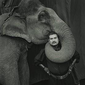 """Рам Пракаш Синг със слона Шаяма, """"Великия златен цирк"""", Индия, 1990"""