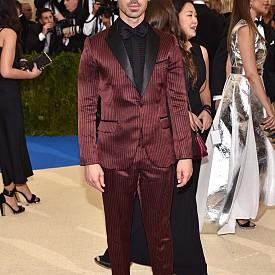 """""""Харесвам да нося H&M, а този костюм, създаден специално за мен, ме прави още по-щастлив, особено в нощ като тази"""" каза Джо Джонас. Певецът е облечен в тъмночервен костюм от фин копринен сатен на черно райе. Черната риза е изработена от 100% органична коприна, а визията е завършена от черна папийонка."""
