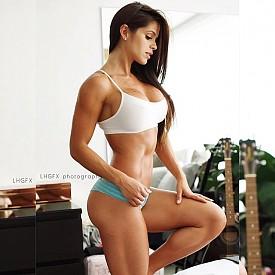 4.9 милиона следват фитнес модела, за да видят как именно поддържа формите си.