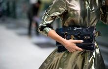 Чанта в ръка - street style маниер
