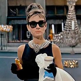 """Одри Хепбърн, """"Закуска в Тифани"""":  Тази рокля на Givenchy е доказано най-известната на всички времена. През 2006-та е продадена на търга за 923 хиляди долара (една от най-високите цени, плащани някога за филмов сувенир)."""