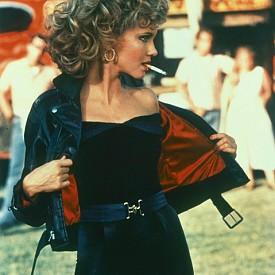 """Оливия Нютън-Джон, """"Брилянтин"""":  Независимо какво е мнението ви за феминизма, това кожено яке върху крехката й фигура е един от най-силните моменти във филма."""