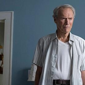 """Клин Истууд отново влиза в ролята едновременно на режисьор и актьор. В """"Трафикантът"""" той разказва историята на 90-годишен градинар и ветеран от Втората световна война, който е хванат да пренася кокаин за 3 милиона долара за мексикански наркокартел. В кината."""