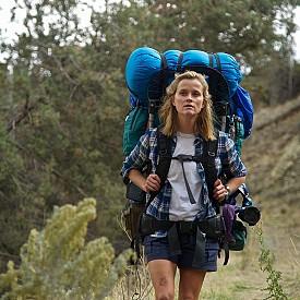 """""""МОЯТА РАЗХОДКА В ДИВОТО"""" (2014)  Този филм с Рийз Уидърспун е доста по-различен от предходните в селекцията. Докато в тях женските персонажи срещат някого, с когото прекарват време, има чувства и т.н., тук героинята е сама от началото до края. Тя е взела смелото решение да извърви Тихоокеанския хребетен път, който е един от най-предизвикателните маршрути в САЩ. Тя няма опит, но е страшно упорита, а и има емоционална болка, която да лекува... Вдъхновяващ филм."""