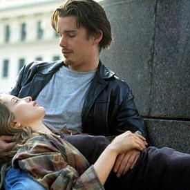 """""""ПРЕДИ ИЗГРЕВ"""" (1995)  Ако сте романтични пътешественици, този филм с Итън Хоук и Джули Делпи е за вас. И не само той, но и следващите два от поредицата – """"Преди залез"""" и """"Преди полунощ"""". На път за Виена Джеси среща Селин, френска студентка, която се прибира към Париж. Той й предлага да слезе от влака с него във Виена, където имат една нощ. Какво се случва? Ако не сте гледали филма, гледайте го, по наше мнение той е най-силният от трите. Накратко, откриваш ново място, нов човек, но и себе си. Което ти е достатъчно за следващите поне девет години."""