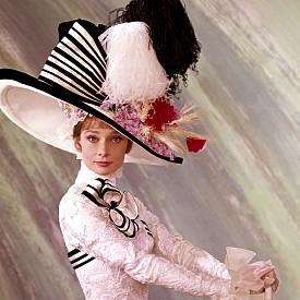 """""""МОЯТА ПРЕКРАСНА ЛЕЙДИ"""" - ОСКАР ПРЕЗ 1965 Г, ХУДОЖНИК ПО КОСТЮМИТЕ – СЕСИЛ БИТОН   Също както в """"Сабрина"""" в този филм Одри Хепбърн е истинска Пепеляшка. Шик тоалетите се редуват с """"парцалите"""". Към онзи момент Сесил Битон бил слабо известен стилист и фотограф. Той е снимал Коко Шанел, Марлене Дитрих и бил официален фотограф на английското кралско семейство. Веднага станало ясно, че той притежавал вкус."""
