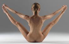 Еротичен фотограф снима съпругата си в поразителни йога пози