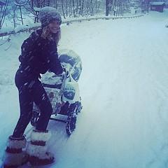 Наталия Водянова не пропуска момент, в който да разходи бебето и да потренира.