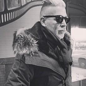 NICK WOOSTER (@NICKWOOSTER) / АБОНАТИ: 603 ХИЛЯДИ / Дори и да не се интересувате никак от мода, още по-малко от мъжка, препоръчваме ви да надникнете поне веднъж в профила му. Икона на street style фотографите, Ник Устър повече от 25 години е работил за едни от най-бляскавите луксозни бутици в САЩ. В списъка му са  Barneys, Neiman Marcus и Bergdorf Goodman, както и бранда Thom Browne. Той е в списъка със сътрудници на Calvin Klein и Polo Ralph Lauren. Устър е лесно разпознаваем с извитите си мустаци и татуирани ръце.