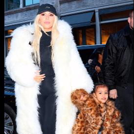 Памела Андерсън подари палто на Ким Кардашян