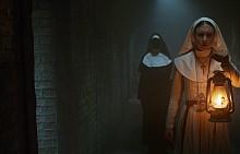 """Ужасът """"Монахинята"""" разказва за млада монахиня от абатство в Румъния през 50-те, която се самоубива. Свещеник с опит в екзорсизма и неговата асистентка са изпратени от Ватикана да разследват случая. Рискувайки своя живот и своята вяра, двамата се сблъскват със зловеща сила, след като абатството се оказва арена на ужасяваща битка между живите и прокълнатите. По кината от 7 септември."""