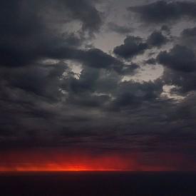 Огнен залез над океана от Table Mountain