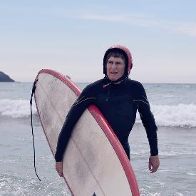 Гуин Хаслок е на 70 години и кара сърф всеки ден