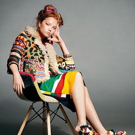 Яке DESIGUAL, рокля FABRIZIO CELLERI, обувки MILA MILU, обеци DANIEL ESPINOSA, стол SILLATEA.COM
