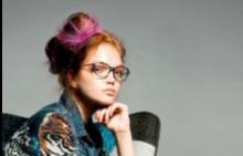 Яке, DESIGUAL, панталон P.A.R.O.S.H., стол SILLATEA.COM, очила LONGCHAMP
