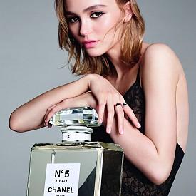 ЗВЕЗДНИ ДЕЦА / Не само стават лица на модни къщи, но завоюват и индустрията на красотата. 16-годишната Лили-Роуз Деп стана лице на Chanel №5 L'Eau, а 15-годишната Кая Гербер стана лице на грим колекцията на Marc Jacobs за пролет-лято 2017.