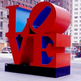 В ляво Скулптурата LOVE Redblue (Ню Йорк, САЩ)