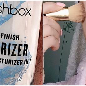 След хидратиращия праймър Photo Finish Primerizer супер лесно, бързо и равномерно се нанася фон дьо тен Studio Skin на Smashbox.