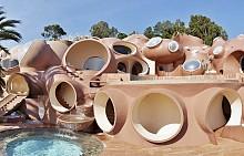 Футуристичният сферичен дом на Пиер Карден