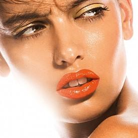 Оранжевото е сред цветовете, към които така или иначе посягаме всяко лято. Особено за устните. Ако сте достатъчно смели, можете да комбинирате с жълти сенки.