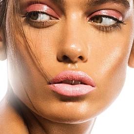 В бебешки нюанс с лек пудрен ефект, но не прекалено сладникаво, това розово съчетание между очите и устните е поредното доказателство, че повторението е майка на... красотата.