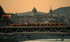 НАЙ-ДЪЛГИТЕ ТРАМВАИ В СВЕТА / Унгарските машиностроители явно имат богато въображение. Освен най-старото метро в Европа, в което до ден днешен в движение са дървените вагони, в Будапеща има и трамвай с дължина 50 метра (най-дългият в света).