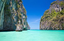 """Пи Пи, Тайланд   Двата острова станаха много известни след филма с Леонардо ди Каприо """"Плажът"""". Зашеметяващи скали и спокойни тюркоазени води, които дават възможност за скално катерене и гмуркане."""