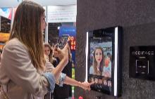 Умното огледало, представено от L'Oreal на изложението Viva Technology 2018 в Париж