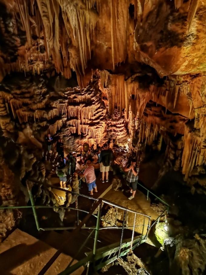 В пещерата се срещат сталактити, сталагмити,...