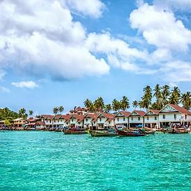 През 2015 г. семейството изкарва новогодишните празници на вила в курорта Amanpuri Beach Resort на остров Пукет в Тайланд в двуетажна вила на стойност 18 хиляди долара на вечер с басейн и обградена с градина с малки пагоди. В цената са включени и домашна помощница и готвач, както и още 6 човека обслужващ персонал.  На снимката: Тайланд, о-в Пукет, Amanpuri Beach Resort