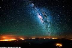 """""""Прекрасното северно сияние в небето над Канада, осветено от няколко мълнии – една от най-красивите гледки, които съм виждал в живота си."""""""