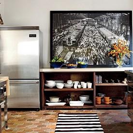 Елън Помпео / Кафяв теракотен под и класически френски стил има в кухнята на Елън. Освен това в помещението има много отворено пространство.