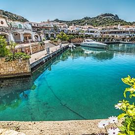 ПОРТО ЧЕРВО, САРДИНИЯ  Това е малък град в района на Галура, на североизточния бряг на Сардиния. Това е една от най-популярните дестинации на Коста Смаралда и е идеалното място за спокойна почивка в луксозен курорт. Според някои проучвания заливът е най-скъпата локация в Европа.