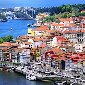 ПОРТО, ПОРТУГАЛИЯ  Намира се в северозападната част на Португалия и е един от най-колоритните крайбрежни градове в страната след Лисабон. Целият град от 20 години насам е включен в списъка на световното културно наследство на ЮНЕСКО. Освен с духа и облика си, градът е известен и с винопроизводството си.
