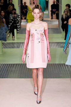 Инфантилна рокля Роклята в А-линия се завърна на подиума, но през есенно-зимния сезон с такива рокли ще се разхождат почитателките на марки като Dolce & Gabbana, Chanel, Fendi, Prada и други. Съвършенството в този силует разбира се е постигнала Миуча Прада, която предлага най-чаровните модели на рокля, в която всяка жена би изглеждала като умно момиче.