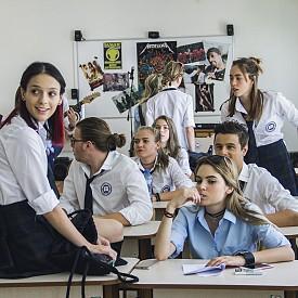 """""""Привличане"""" – тази нова българска романтична комедия ни връща в училище. Яна Маринова влиза в образа на учителката по история и инструктор по танци, Лора, която е въвлечена в битката за директорското място, докато се влюбва в новия учител по музика."""