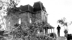 """""""Психо"""", 1960 г. / Известната къща от трилъра на Хичкок е построена специално за снимките на филма. Съществува и до днес и е една от забележителностите на киностудиото  Universal. Интересно е, че скицата на постройката е била копирана от картината на известния американски художник-урбанист на XX век Едуард Хопър """"Къщата до железницата""""."""