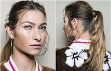 Освежете фитнес класиката, като завиете малък кичур коса около ластика, а отпред пуснете няколко небрежни кичура. Идеята е от ревюто на Simonetta Ravizza.