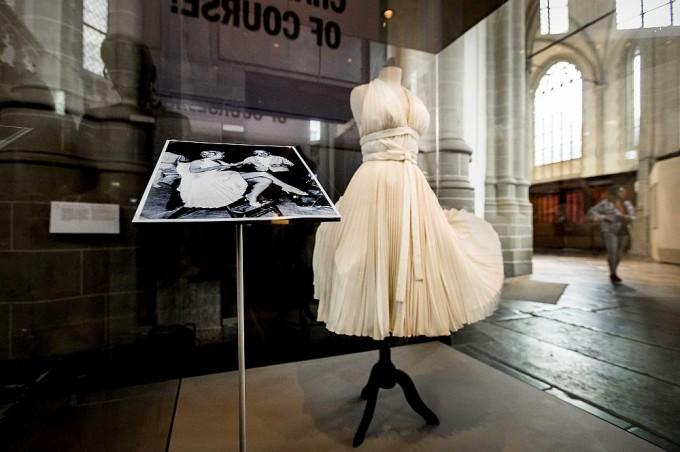 Знаменитият тоалет на Мерелин Монро е оценен на 5,6 милиона долара, което го прави най-скъпата рокля на всички времена