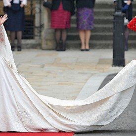 В класацията попадна също сватбената рокля на съпругата на принц Уилям - Катрин, оценена на 400 000 щатски долара.