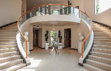 Риана продава дома си за 14.6 милиона долара