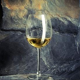 РИЗЛИНГ + РОКФОР Немското вино с бледо жълт цвят и фин плодов вкус на ябълка, праскова, кайсия и мед ще се допълни от класическото сирене рокфор с лек орехов нюанс.