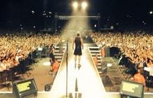 Роби Уилямс публикува в профила си в Twitter снимка от сцената в Бургас
