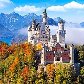 Баварски замък Нойшванщайн (Schloß Neuschwanstein) - намира се близо до град Фюсен в Германия. Строежът му е започнат по време на управлението на Лудвиг II на Бавария и завършен през 1891 г. Замъкът е истинска творба на архитектурното изкуство. Тя е красива по всяко време на годината. Това е и замъкът вдъхновил знаменитото лого на Дисни.
