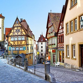 В Ротенбург об дер Таубер си струва да отидете само, за да се разходите по тесните калдъръмени улички, да се насладите на приказния вид на града настанени удобно на местните пейки, да вдъхвате отвсякъде уханието на спокойствието и да усетите духа на средновековния град с червените керемидени покриви.
