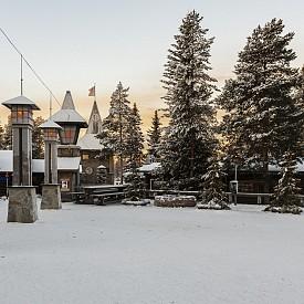 На няколко часа път от Рука се намира Рование, където се намира резиденцията на Санта Клаус. Ако я посетите през февруари, почти няма да срещнете туристи и ще имате възможност да се насладите на спокойна разходка.