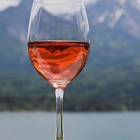 РОЗЕ + ЕМЕНТАЛ Тъй като комбинира вкусовете и на бялото, и на червеното вино, розето се съчетава перфектно с повечето сирена. Ние обаче избираме ементала, който е с пикантен, сладък вкус, плодово-орехови нотки и аромат на прясно окосена трева.